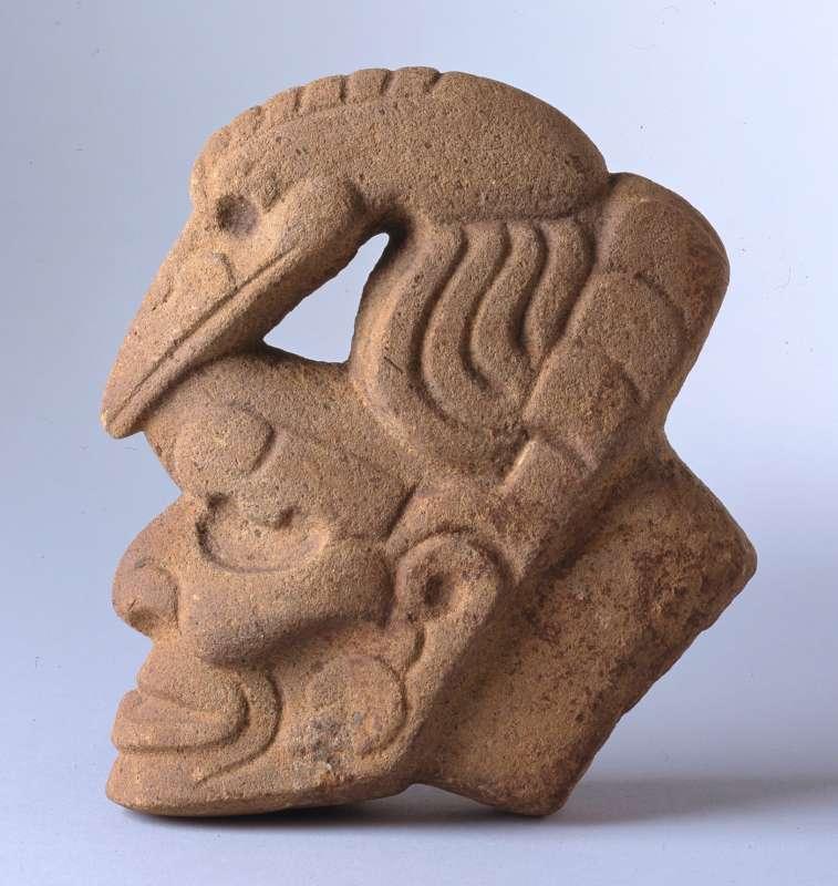 'אָצָ'ה' בדמות אל האש הזקן בקסדת שקנאי