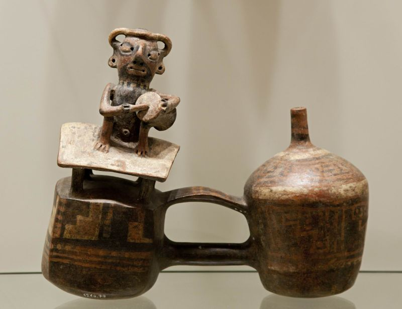 Double-chambered whistling bottle in the form of a nobleman