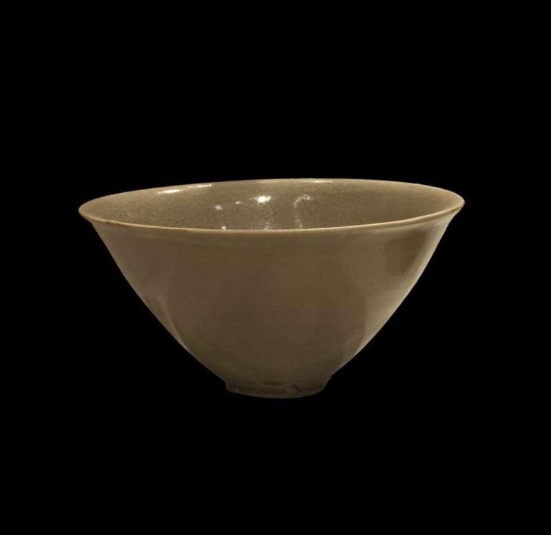 גביע חרוטי מעוטר בזיגוג סדקים נימיים