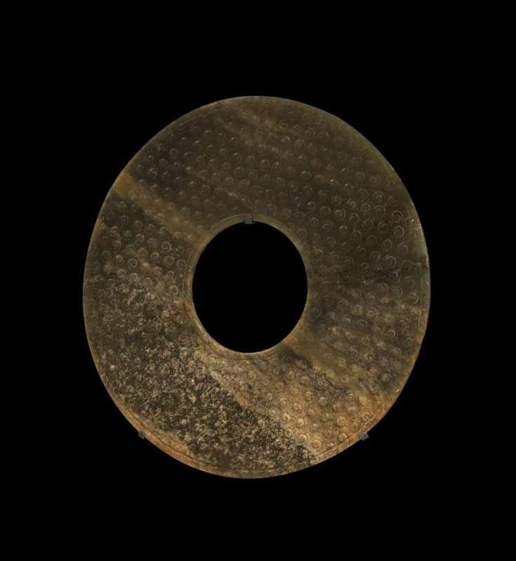 דיסקה אסטרולוגית 'בִּי' מעוטרת בצורות לולייניות