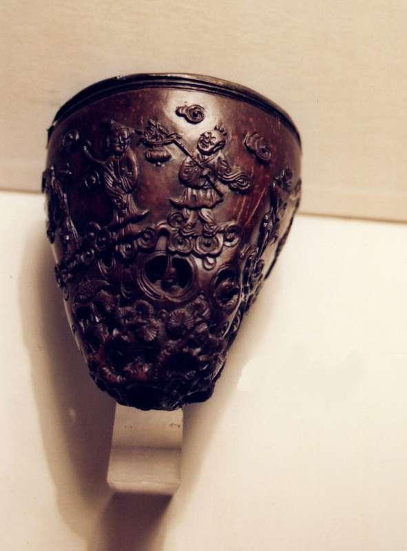 גביע מעוטר בדמויות בני-אלמוות ושדים מציצים מפתחים