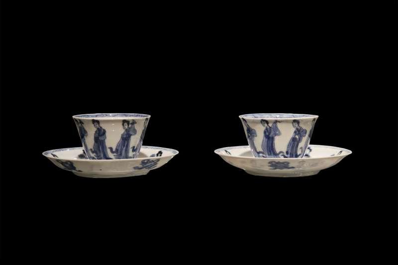 שני ספלים דקיקים וצלוחיות מעוטרים בתמונת גבירות רוקדות
