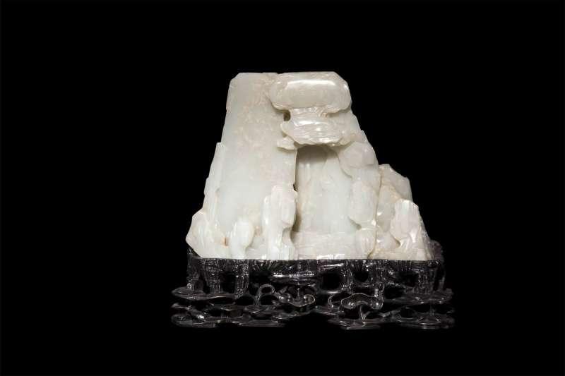 אבן בצורת הר עם מערה