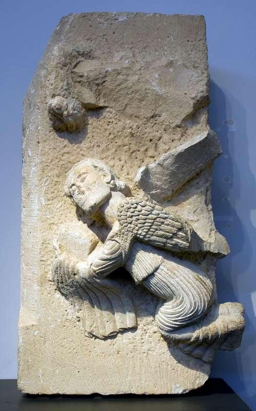 תבליט של מלאך מחזיק ספר