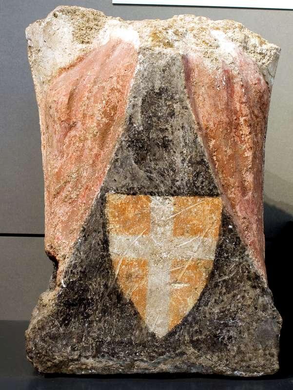 אבן-מסעד מעוטרת בצלב מסדר ההוספיטלרים