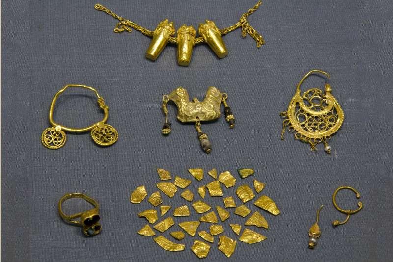 מטמון תכשיטים שבורים ומטבעות קצוצות