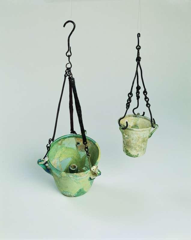 נרות זכוכית בעלי-פתיל תלויים במתקני ברונזה
