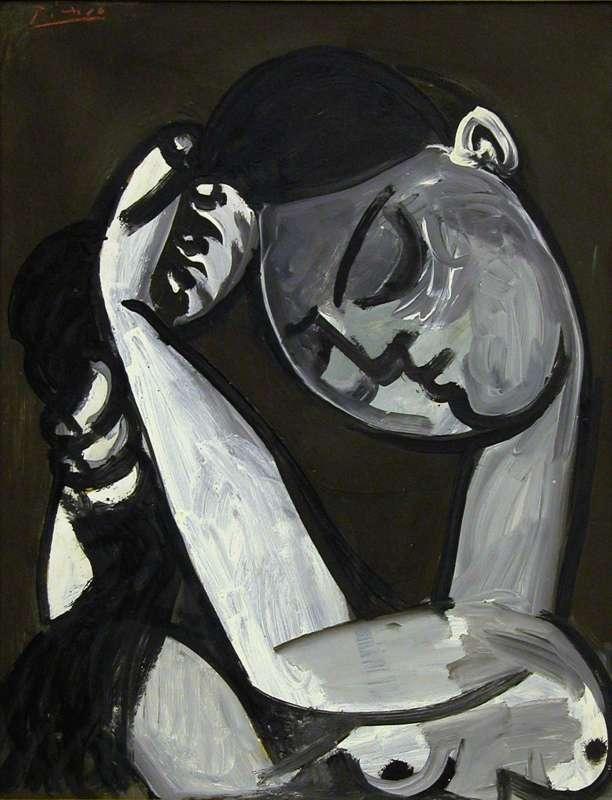 אישה סורקת את שׂערהּ