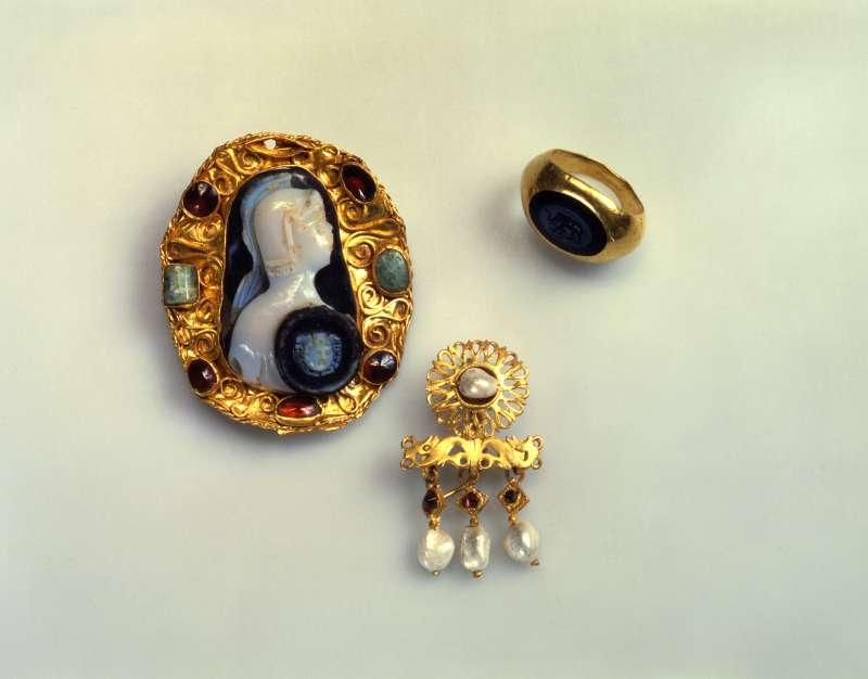מנחות פרדה - טבעת–חותם, סיכה ועגילים