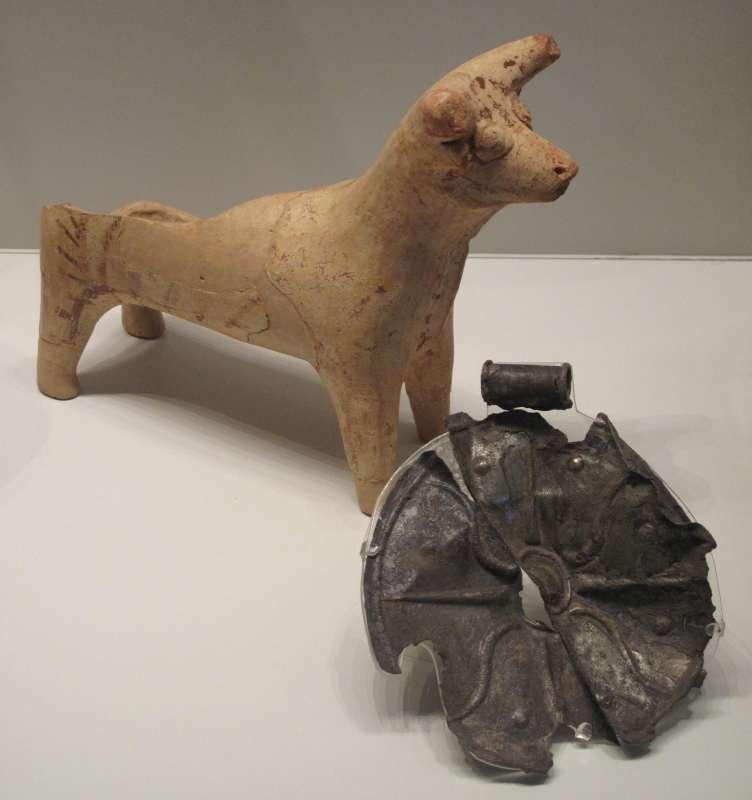 כלי דמוי פר ותליון בצורת גלגל חמה עטור קרניים, שימשו כנראה בפולחן אל הסער