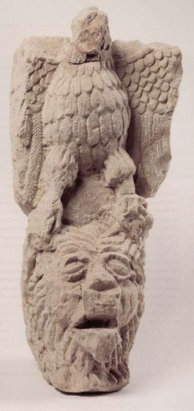 אבן-מסעד של עמוד קריאה ועליה מגולף נשר הניצב על אריה