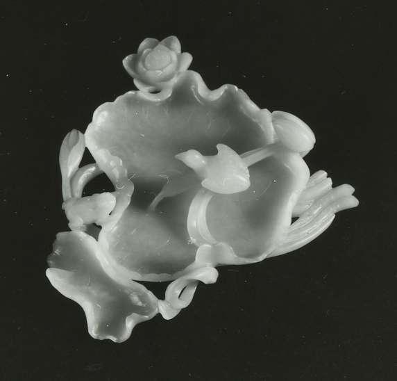 כלי להידוק שערות המכחול מעוטר בפרחים ובציפור