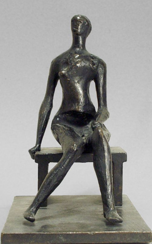 אשה עירומה יושבת